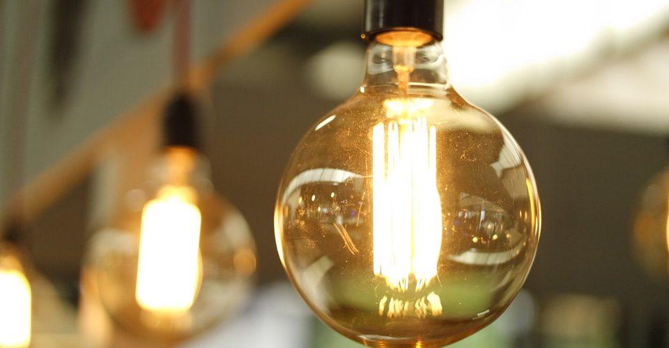 Dostawcy energii elektrycznej i opłaty związane z ich działalnością